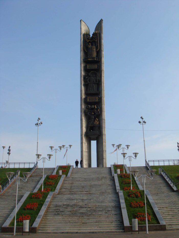 Monument-Druzhba-narodov-700x933