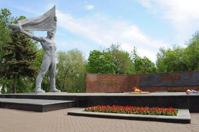 Monument-boevoy-i-trudovoy-slavy-700x465