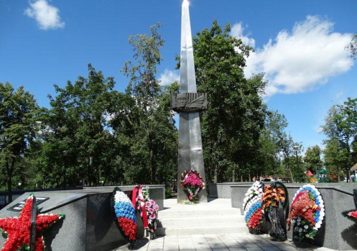 Obelisk-Slavy-700x492