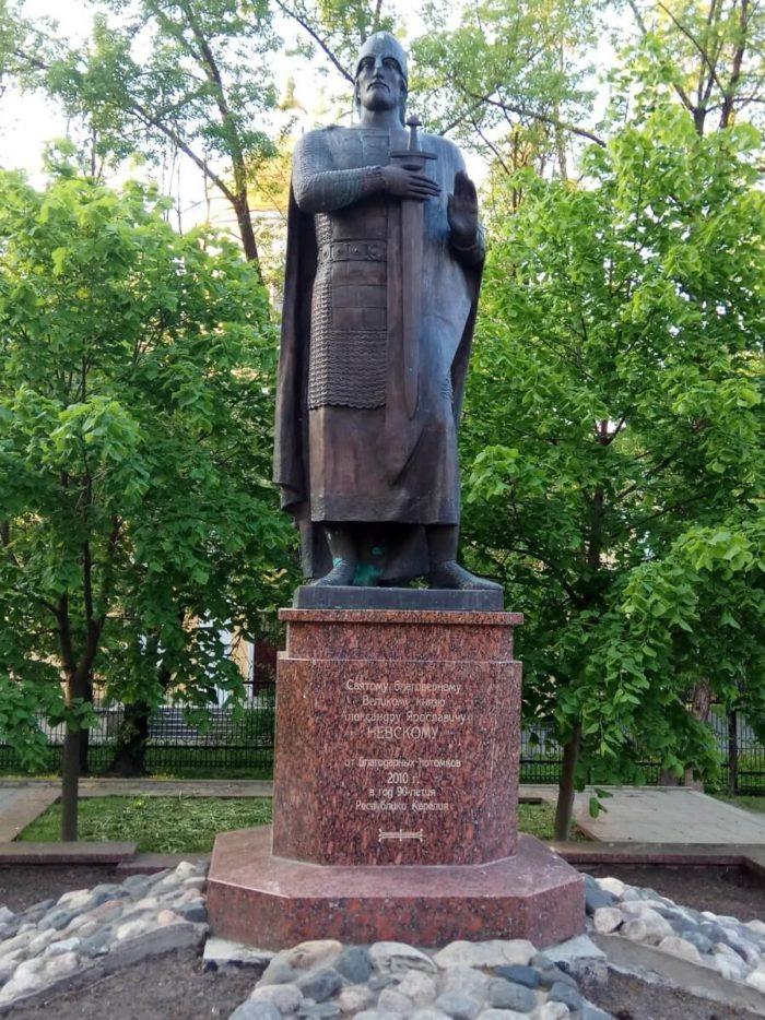 Pamyatnik-Aleksandru-Nevskomu-700x934
