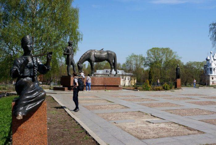 Pamyatnik-K.-N.-Batyushkovu-700x471