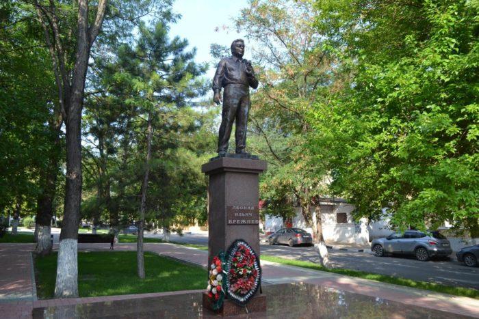 Pamyatnik-L.-I.-Brezhnevu-700x467
