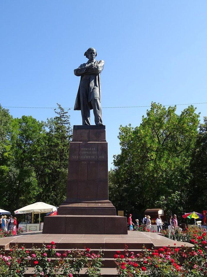 Pamyatnik-N.-G.-CHernyshevskomu-700x934