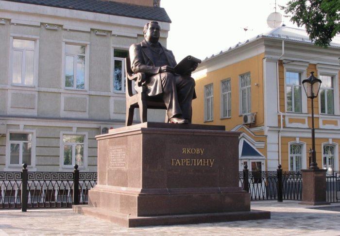 Pamyatnik-YAkovu-Garelinu-700x486