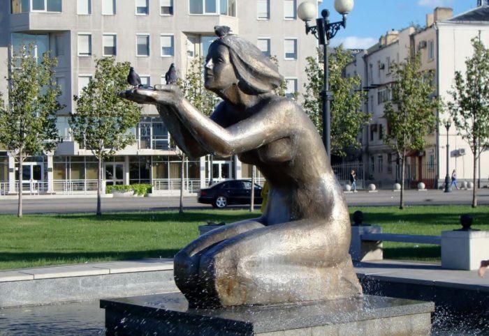 Pamyatnik-fontan-Daruyuschaya-vodu-700x482