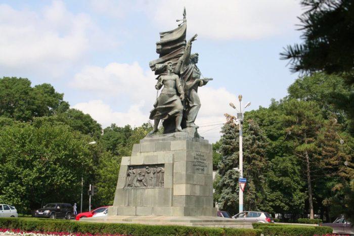 Pamyatnik-osvoboditelyam-Novorossiyska-700x467