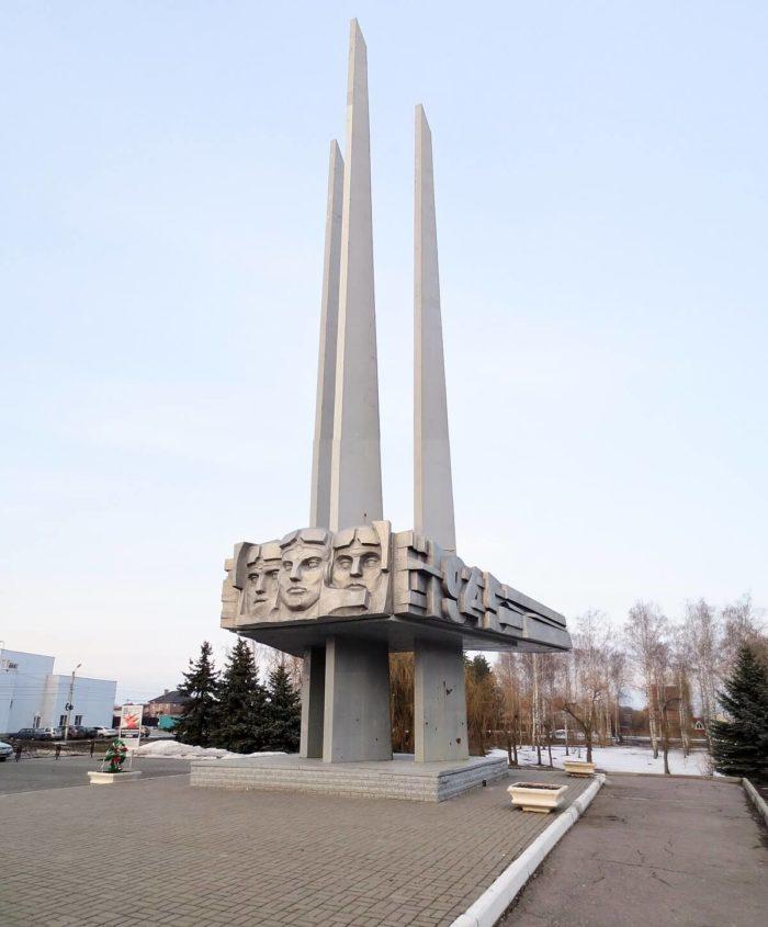Pamyatnyy-znak-Geroyam-lyotchikam-16-y-vozdushnoy-armii-700x845