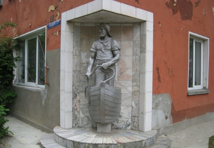 Skulptura-Rybak-Raushena-700x483