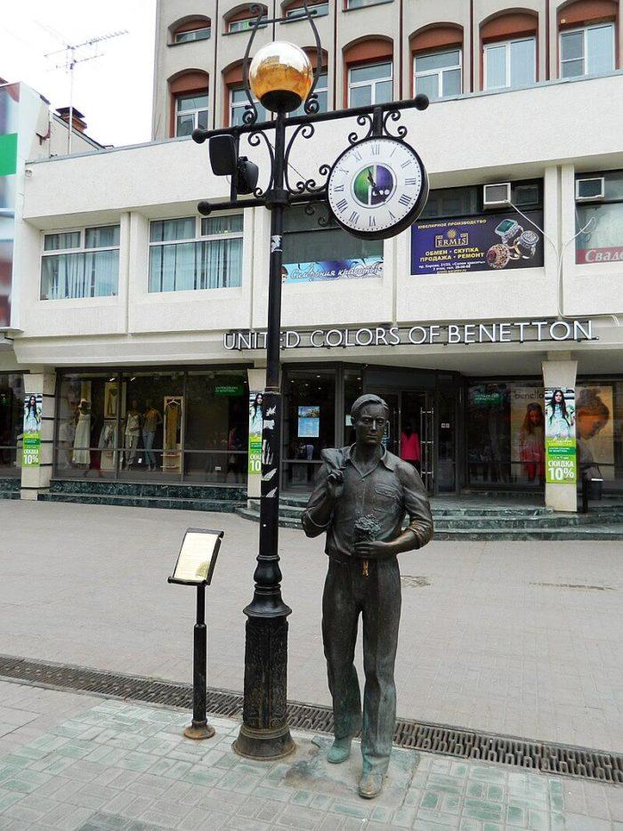 Skulpturnaya-kompozitsiya-Ogney-tak-mnogo-zolotyh-700x934