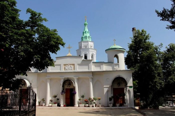 Svyato-Troitskiy-monastyr-700x466