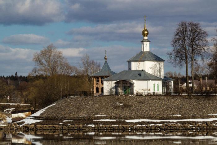 TSerkov-Ili-Proroka-v-sele-Zolotoruche-700x467