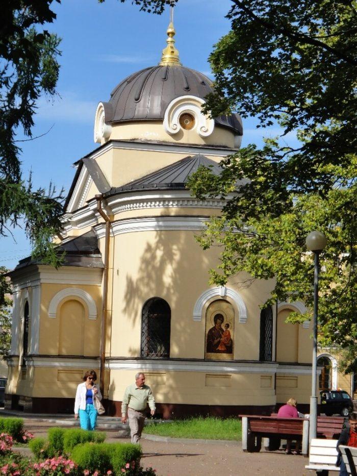 CHasovnya-Tihvinskoy-ikony-Bozhiey-Materi-700x933