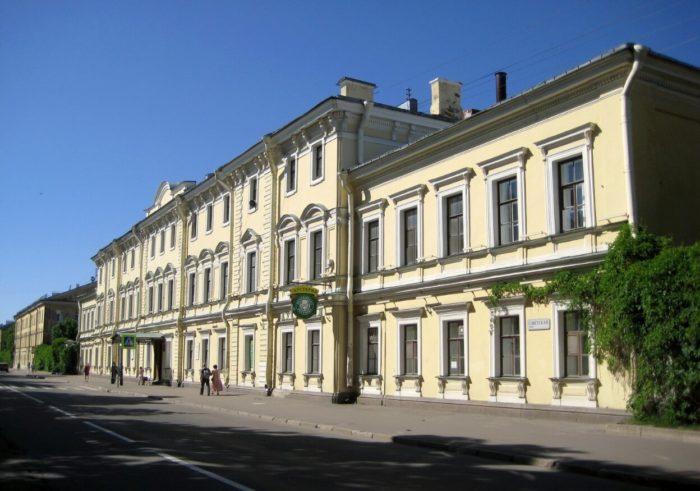 Dramaticheskiy-teatr-Baltiyskogo-flota-700x491