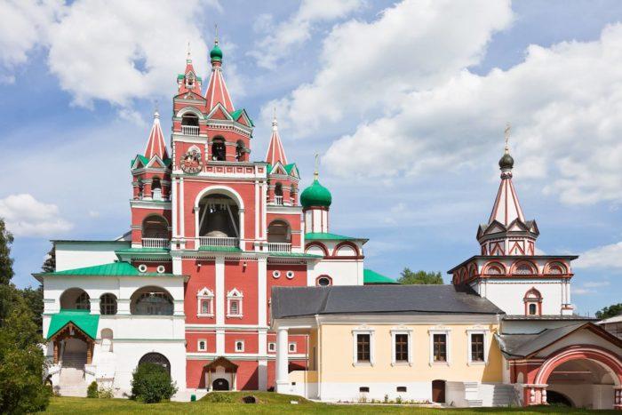 Kolokolnya-i-Troitskaya-nadvratnaya-tserkov-700x467