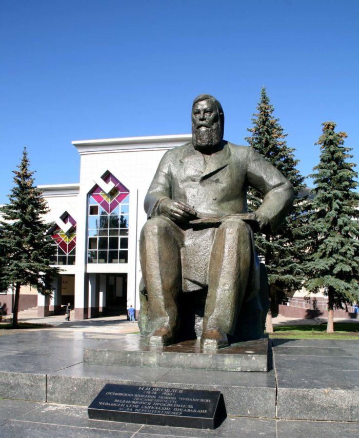 Pamyatnik-Ivanu-YAkovlevu-700x854