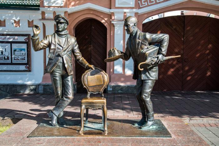Pamyatnik-Ostapu-Benderu-i-Kise-Vorobyaninovu-700x467