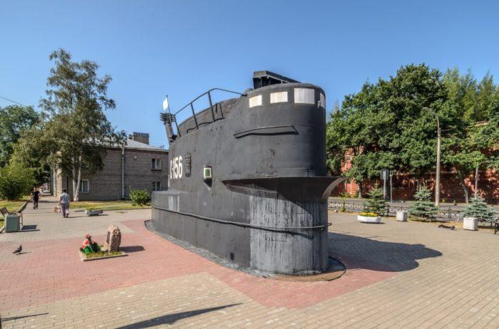 Pamyatnik-moryakam-podvodnikam-Baltiki-700x462