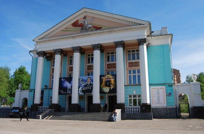 Russkiy-dramaticheskiy-teatr-700x460