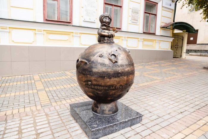 Skulptura-Planeta-Malenkogo-printsa-700x467