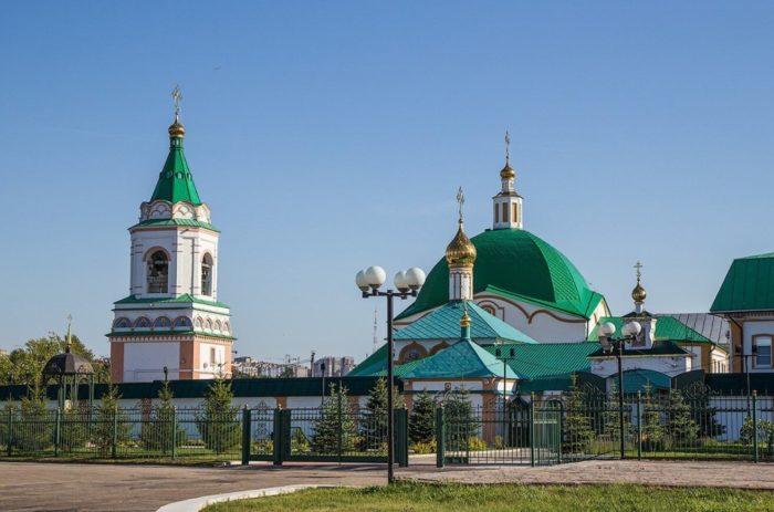 Svyato-Troitskiy-monastyr-700x463