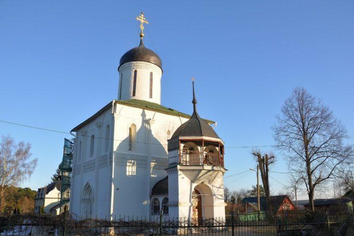 Uspenskiy-sobor-na-Gorodke-700x467