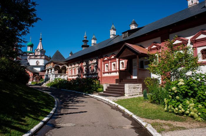 Zvenigorodskiy-istoriko-arhitekturnyy-i-hudozhestvennyy-muzey-700x464