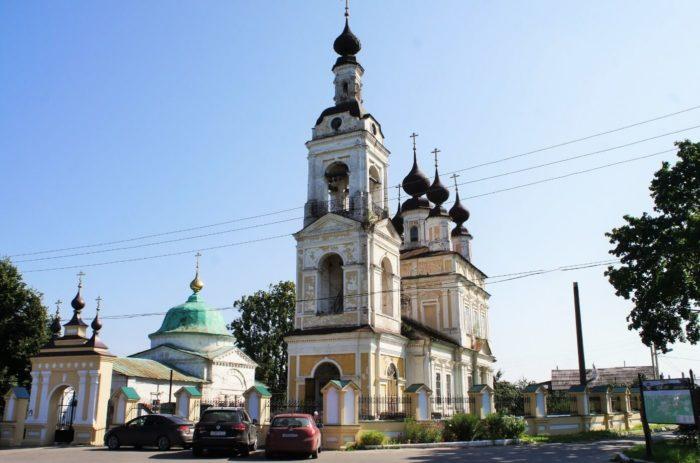 Ansambl-Troitskoy-i-Vvedenskoy-tserkvey-700x463