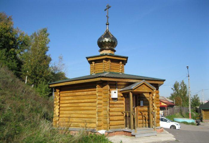 CHasovnya-i-Svyatoy-Istochnik-Ili-Muromtsa-v-Karacharovo-700x480