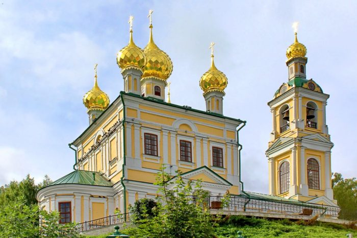 Kamennaya-Voskresenskaya-tserkov-700x466