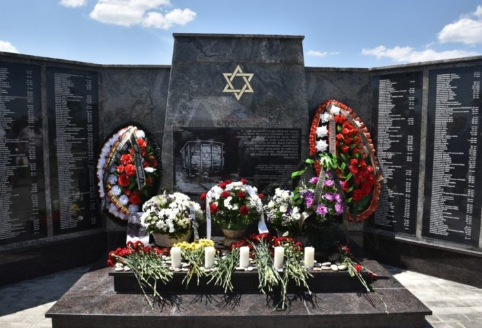 Memorial-zhertvam-Holokosta-700x477