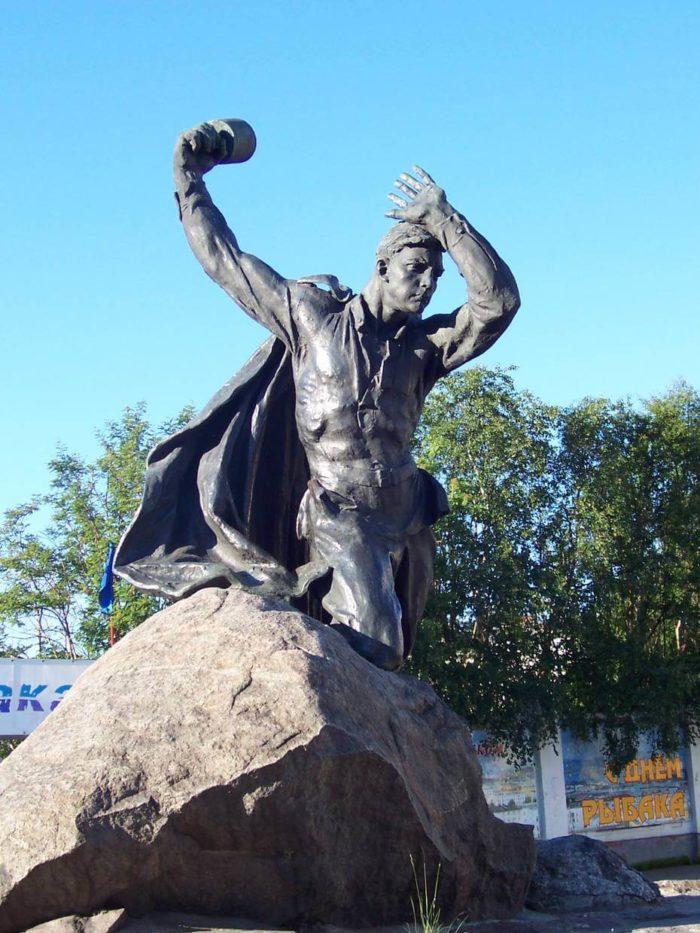 Pamyatnik-Anatoliyu-Bredovu-700x933