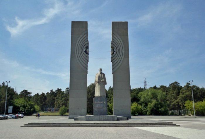 Pamyatnik-Kurchatovu-700x475