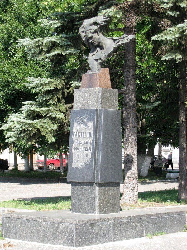 Pamyatnik-Nikolayu-Gastello