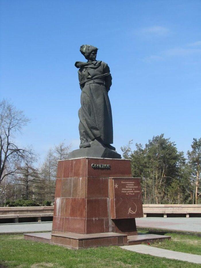 Pamyatnik-Orlenok-700x933