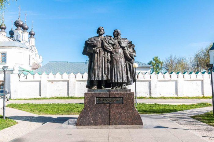 Pamyatnik-Petru-i-Fevronii-Muromskim-700x467