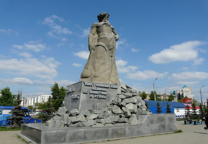 Pamyatnik-Skaz-ob-Urale-700x487
