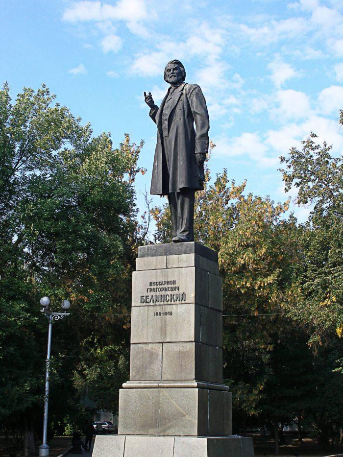 Pamyatnik-V.-G.-Belinskomu-700x933