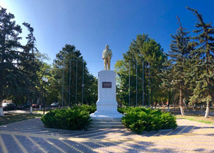 Pamyatnik-V.-I.-Leninu-700x499