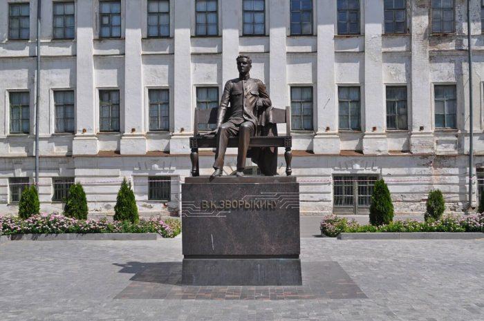 Pamyatnik-Vladimiru-Zvorykinu-700x465