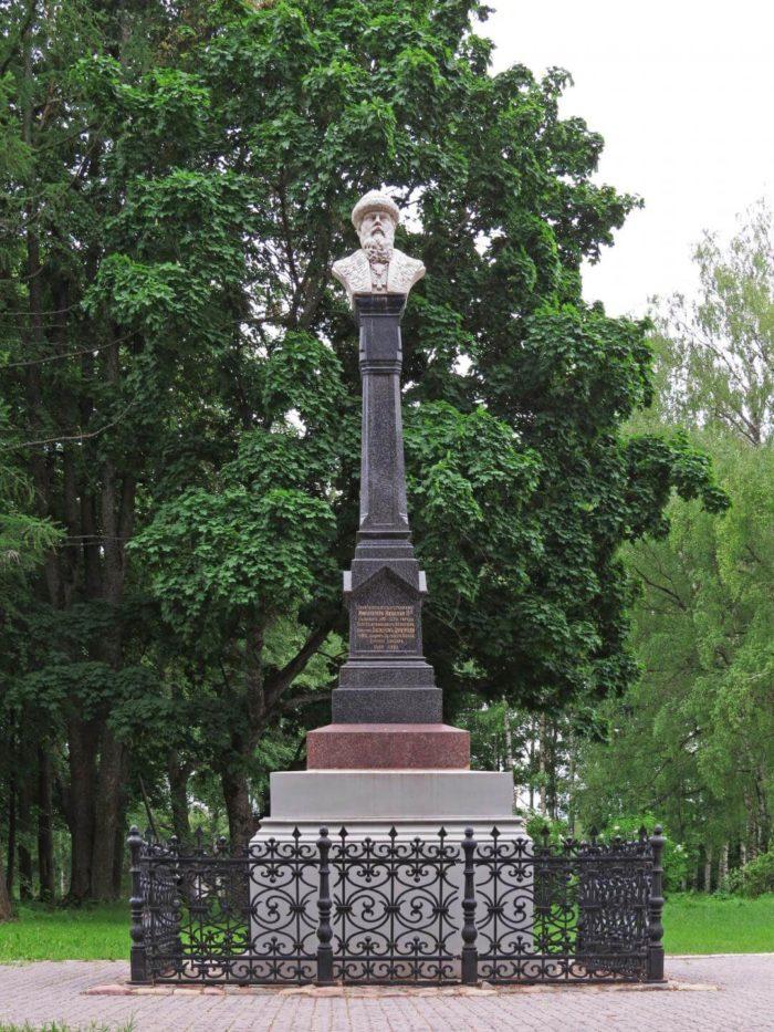 Pamyatnik-knyazyu-Vasiliyu-i-700x933