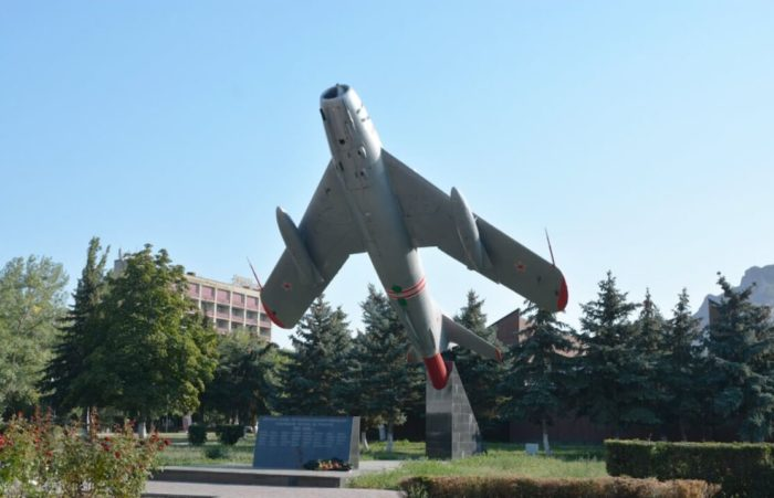 Pamyatnik-samolet-MiG-17-700x451