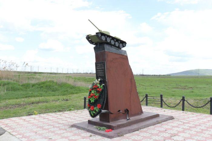Pamyatnik-sovetskim-tankistam-na-reke-Dzhemuha-700x464