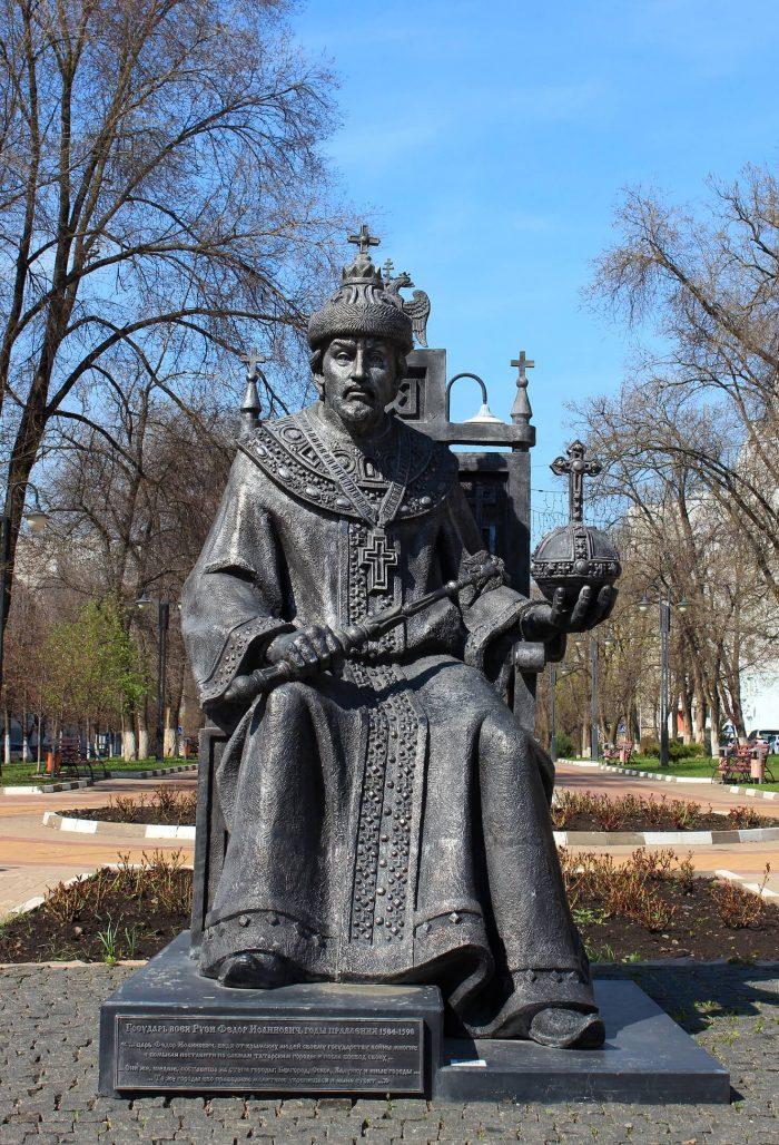 Pamyatnik-tsaryu-Fedoru-Ioannovichu-700x1028