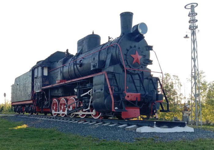 Parovoz-pamyatnik-Er-788-81-700x492