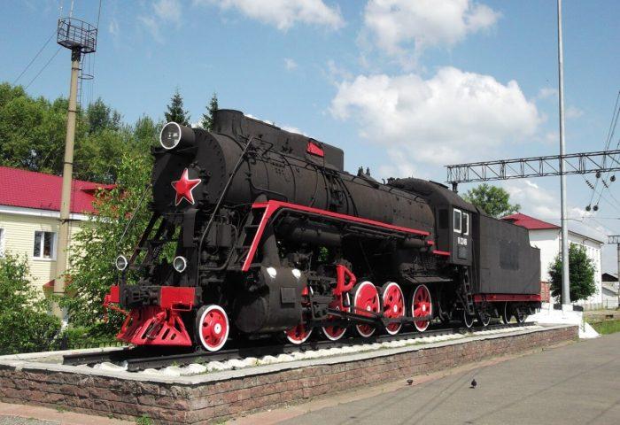 Parovoz-pamyatnik-serii-L-2248-700x480