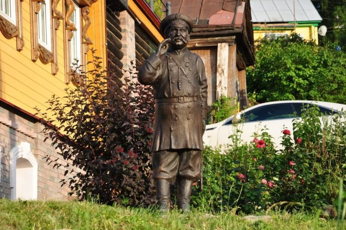 Skulptura-Gorodovogo-700x465