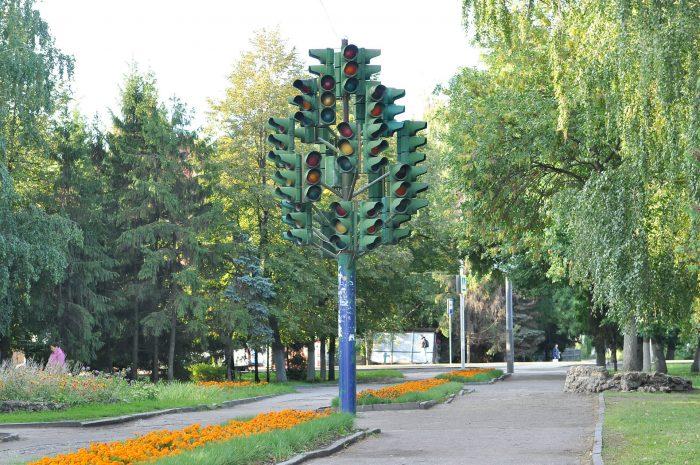 Skulptura-Svetofornoe-derevo-700x465