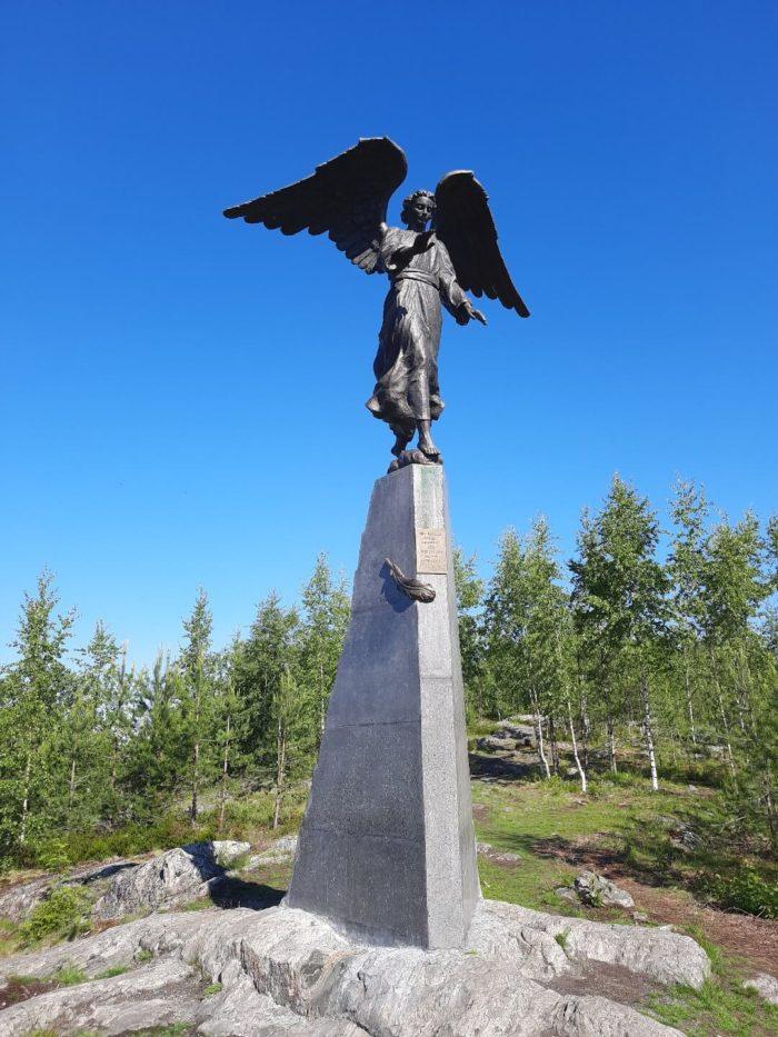 Skulptura-angela-na-gore-Kuhavuori-700x933