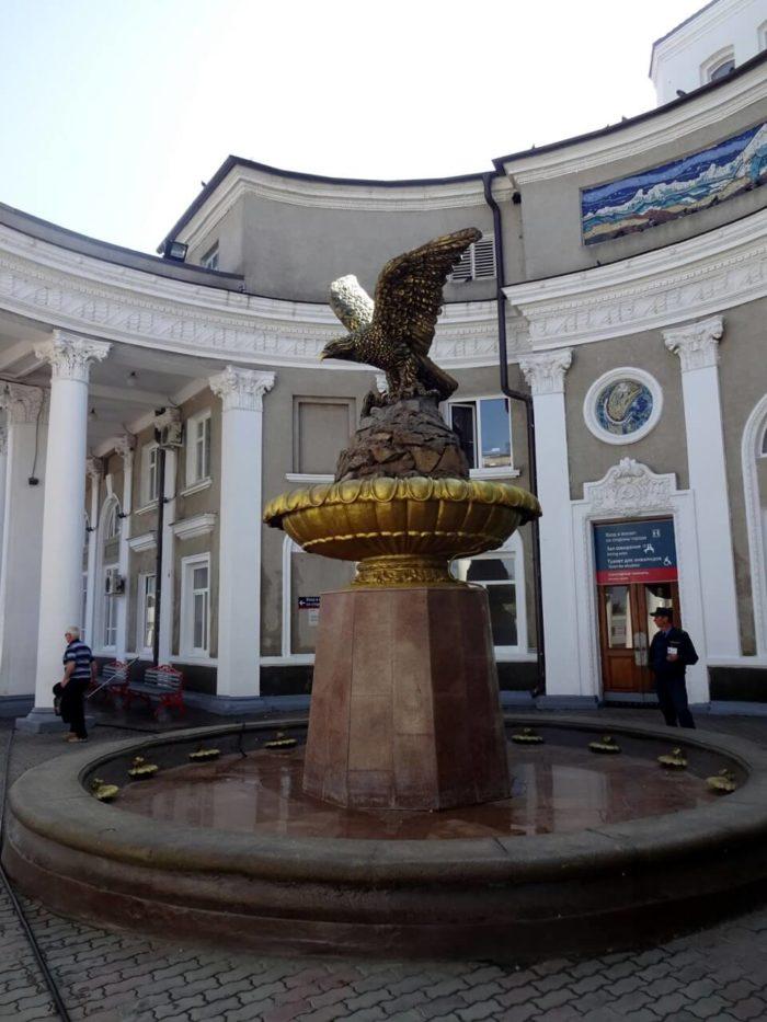 Skulptura-orla-na-Privokzalnoy-ploschadi-700x933