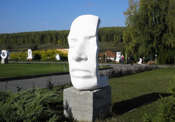 Skulpturnyy-park-Legenda-700x487